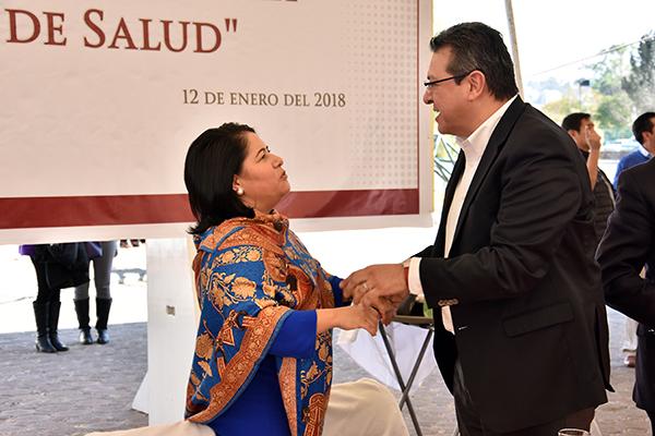 El gobernador Marco Antonio Mena fue recibido por la secretaria general del Sindicato de Trabajadores de la Secretaría de Salud, Blanca Águila Lima . / Héctor LORENZO