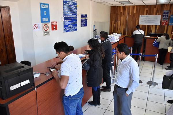 Usuarios expresaron su molestia por la escasez de placas vehiculares en una de las delegaciones de la Secretaría de Comunicaciones y Transportes del Estado. /Héctor LORENZO