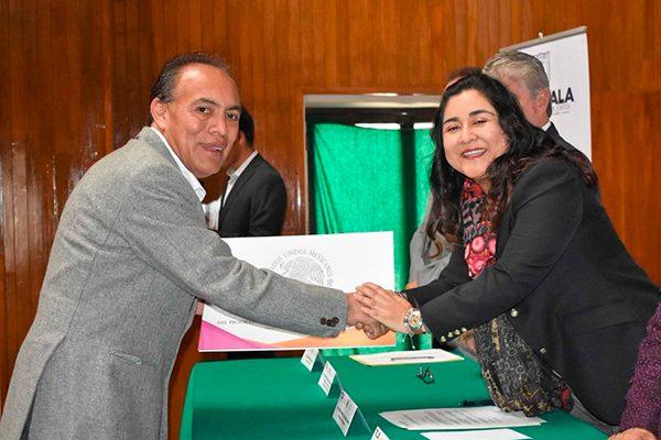 Recibe alcalde de Zacatelco reconocimiento de INAFED