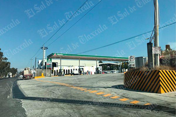 Atracan tres hombres y mujer una gasolinera en Atlihuetzia
