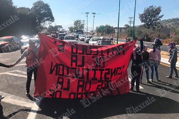 Bloquean normalistas autopista Tlaxcala-San Martín, en ambos sentidos