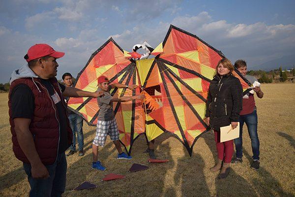 Participan más de 40 personas en el primer concurso de papalotes