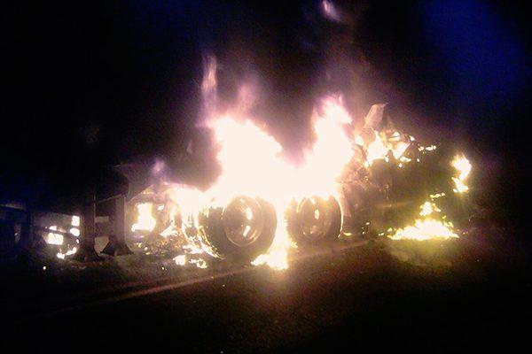 Chocan dos tráileres y se incendian, en Tlaxcala