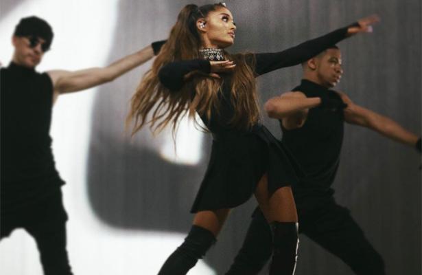 Ariana Grande sufre tremenda caída durante show en Chile