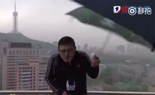 Rayo alcanza a un reportero que transmitía en vivo una fuerte tormenta