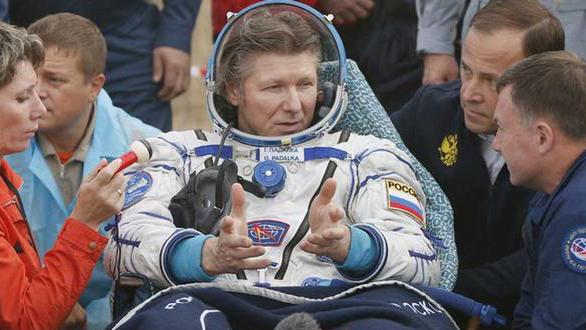 El astronauta Guennadi Padalka le dice adiós al espacio