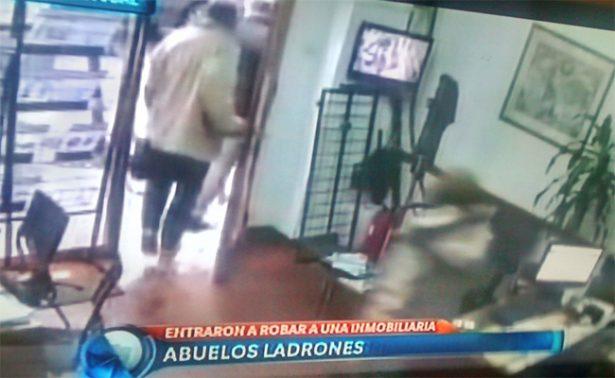 [Video] Abuelos amenazan y golpean a empleados de tienda para asaltarlos