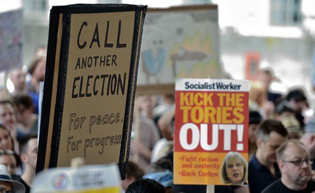 """Theresa May se prepara, llega """"debilitada"""" al inicio de negociaciones por el Brexit"""