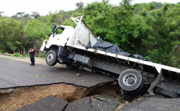 Se abre socavón en la nueva carretera a Pinotepa Nacional