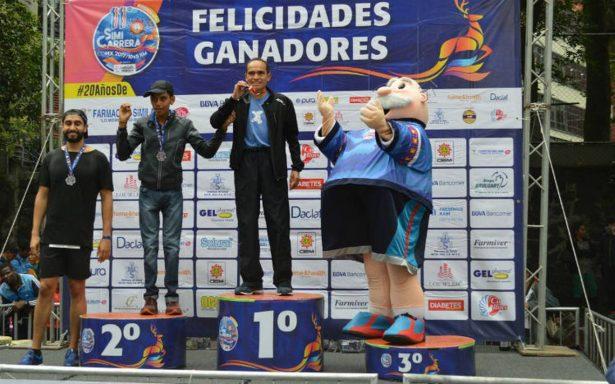 Después de todo … botarga del Dr. Simi recibe medalla por participar en maratón
