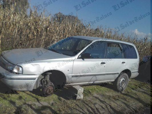 Abandonan auto desvalijado en baldio