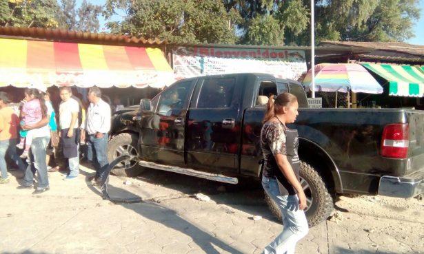 Camioneta se lleva negocios de comida en Malinalco