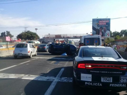 Vuelca automóvil en la autopista México-Pachuca