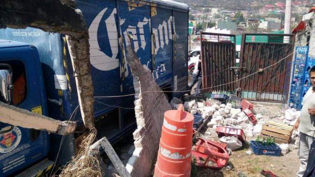Se estrella camión de cerveza contra una casa en Ecatepec