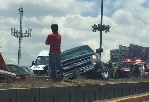 Conductor se sube a muro de contención en Paseo Tollocan