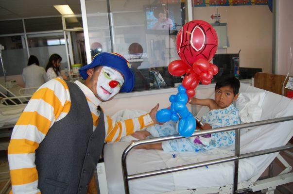 Obsequia sonrisas en Hospital para el Niño