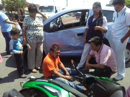 Protagonizan motociclista y automovilista aparatoso choque