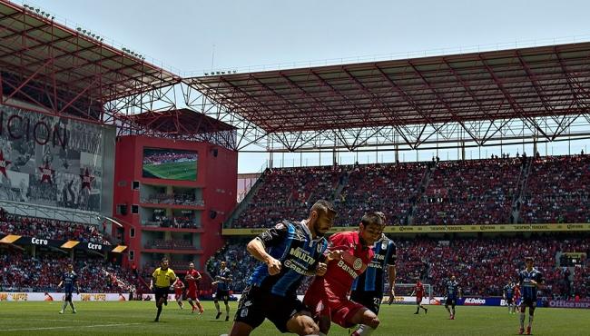 Luego de tener el liderato general en la bolsa, el equipo de Diablos Rojos de Toluca lo dejó ir, al caer 1-2 ante Gallos Blancos de Querétaro en duelo de la fecha 16 del Torneo Clausura 2017 disputado en el estadio Nemesio Diez. (Foto especial)