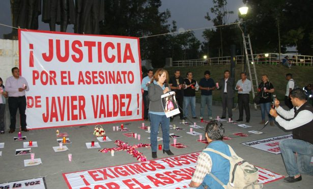 Protestan comunicadores por el asesinato de Javier Valdez