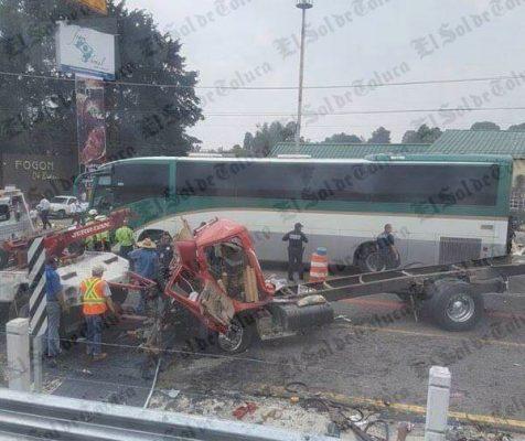 Choca tráiler, se lleva varios vehículos en la México-Toluca
