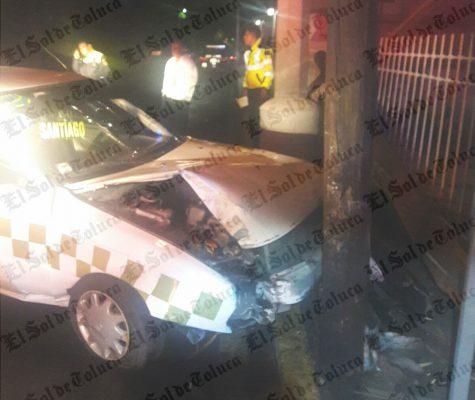Taxista acelerado impactó contra poste en Metepec