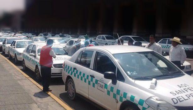 Enojados taxistas por invasión de autos-taxi antorchistas