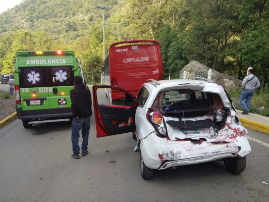 """Autobús """"alocado"""" provoca accidente en la Santiago-Chalma"""