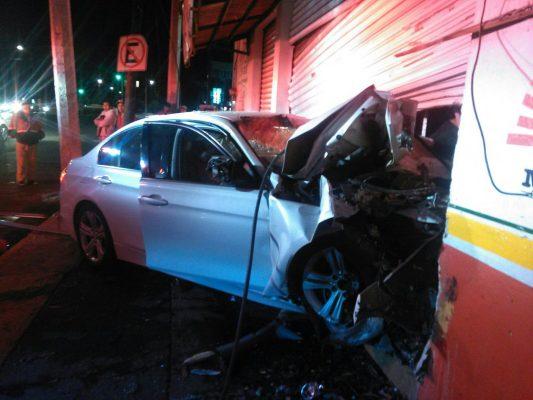 Choca BMW contra negocio en la Toluca-Tenango