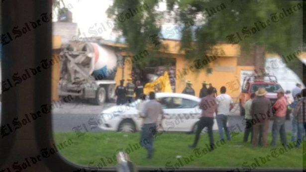 Revolvedora destruye domicilio en Toluca