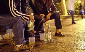 Jóvenes se apoderan de espacio público para ingerir bebidas embriagantes
