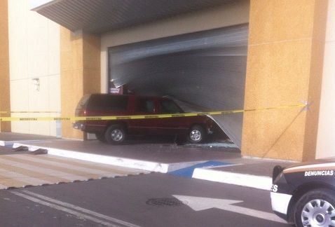 Desconocidos robaron la tienda departamental el jueves por la mañana (Foto especial)