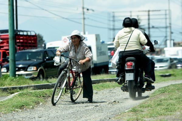 Motociclistas ponen en peligro a ciclistas y peatones en Toluca