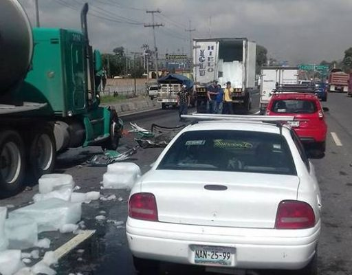 Impacta tráiler a camioneta en la México-Toluca