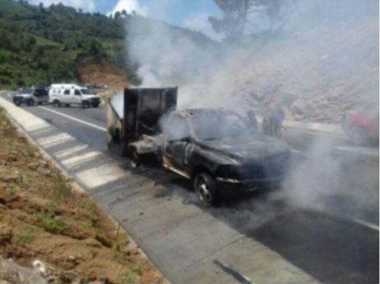 Se incendia troca en la Tenango-Ixtapan; el chofer alcanzó a salir