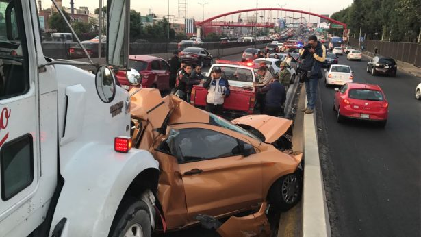 Accidente en Periférico entre tráiler y autos particulares deja un muerto