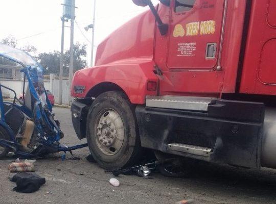 Tráiler arrolla mototaxi con pasajeros en Toluca