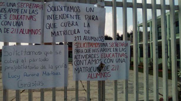 Protestan por falta de maestros en Telesecundaria en Tenango del Valle