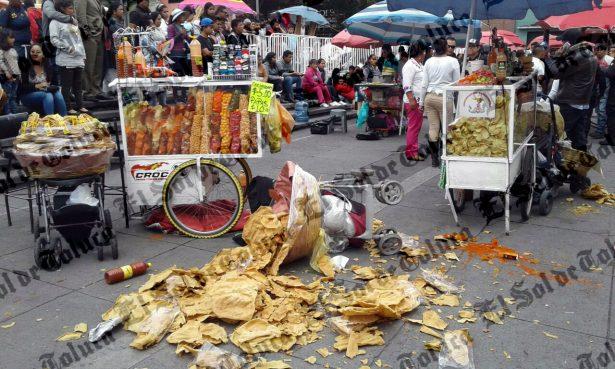 ¡Pelea entre vendedores; golpes y gritos frente al Cosmovitral de Toluca!