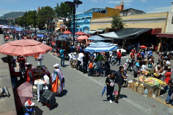 """Durante desfile ambulantes hicieron su """"agosto"""" en Toluca"""