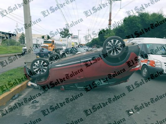 Volcadura en Boulevard Aeropuerto deja un herido
