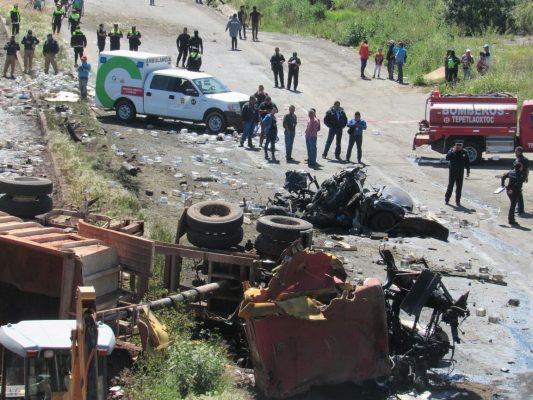Tráileres aplastan 2 autos y mueren 4 personas en Texcoco