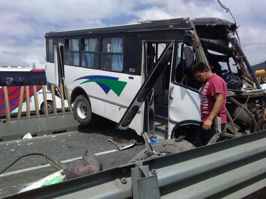 Choque de autobús de pasajeros deja 17 lesionados