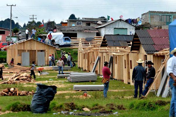 Tras desplome de escuelas, construyen habitantes de Ocuilan sus propias aulas