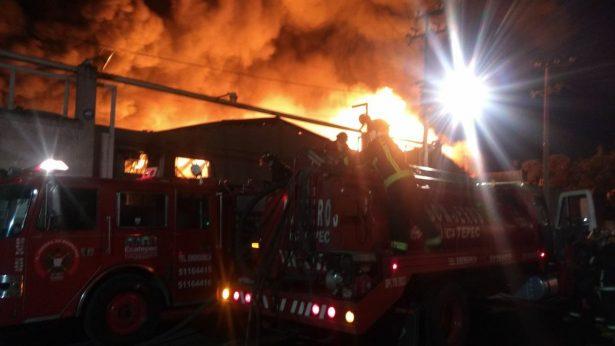 Incendio consume una fábrica de muebles en Xalostoc