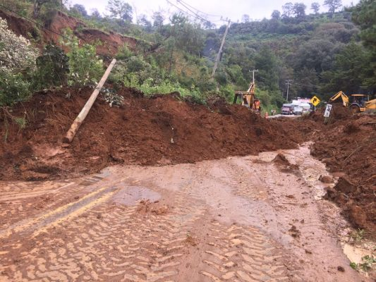 Carretera Toluca-Tenancingo bloqueada por derrumbe
