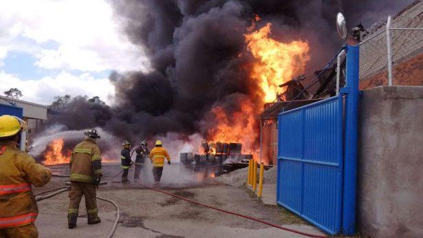 Se incendia fábrica de alcohol en Tultitlán