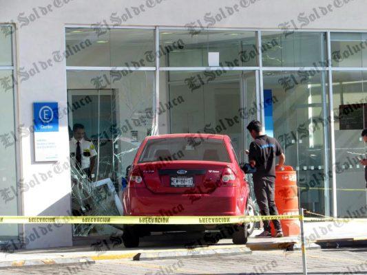 Automovilista choca contra banco en Toluca