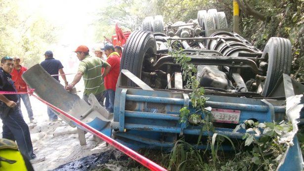 Muere chofer tras volcar en la vía Toluca-Ciudad Altamirano