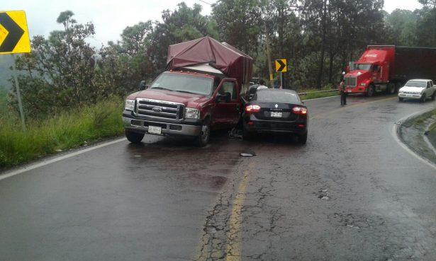 Le ganó la curva y se impactó contra otro vehículo en Temascaltepec