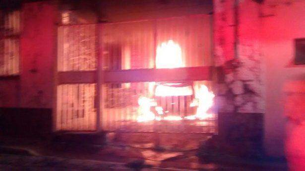 Se incendia Chevy repentinamente al interior de domicilio